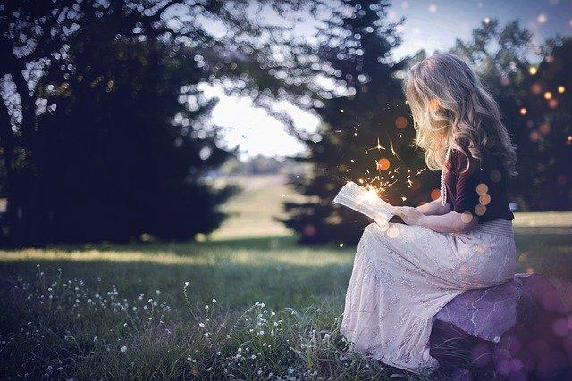 アウトドア 読書する少女