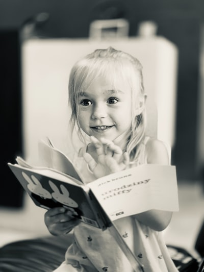 絵本を楽しむ可愛い少女